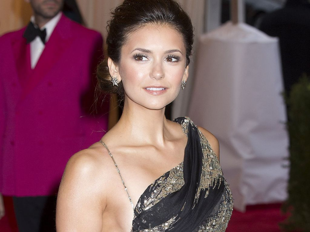 nina dobrev das problem mit ihrem sexy gala kleid. Black Bedroom Furniture Sets. Home Design Ideas