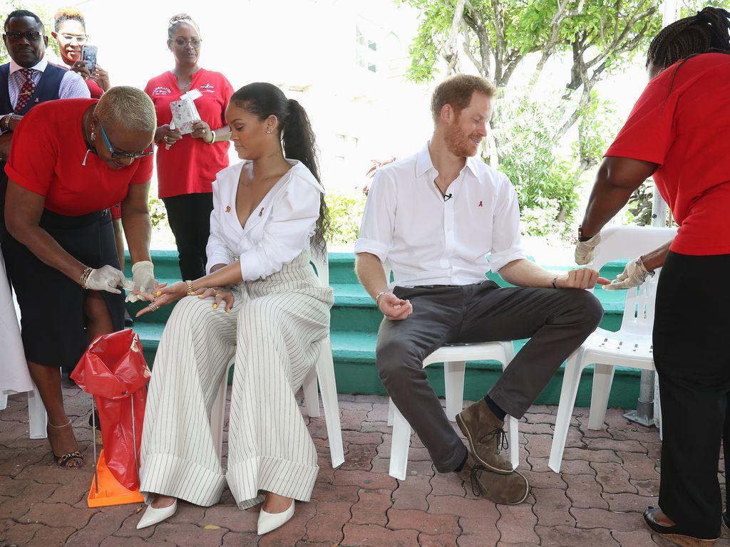Rihanna und Prinz Harry beim HIV-Test in Bridgetown, Barbados 2016