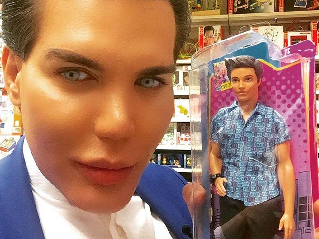 """Rodrigo Alves und sein """"Idol"""", die Barbie-Puppe Ken"""