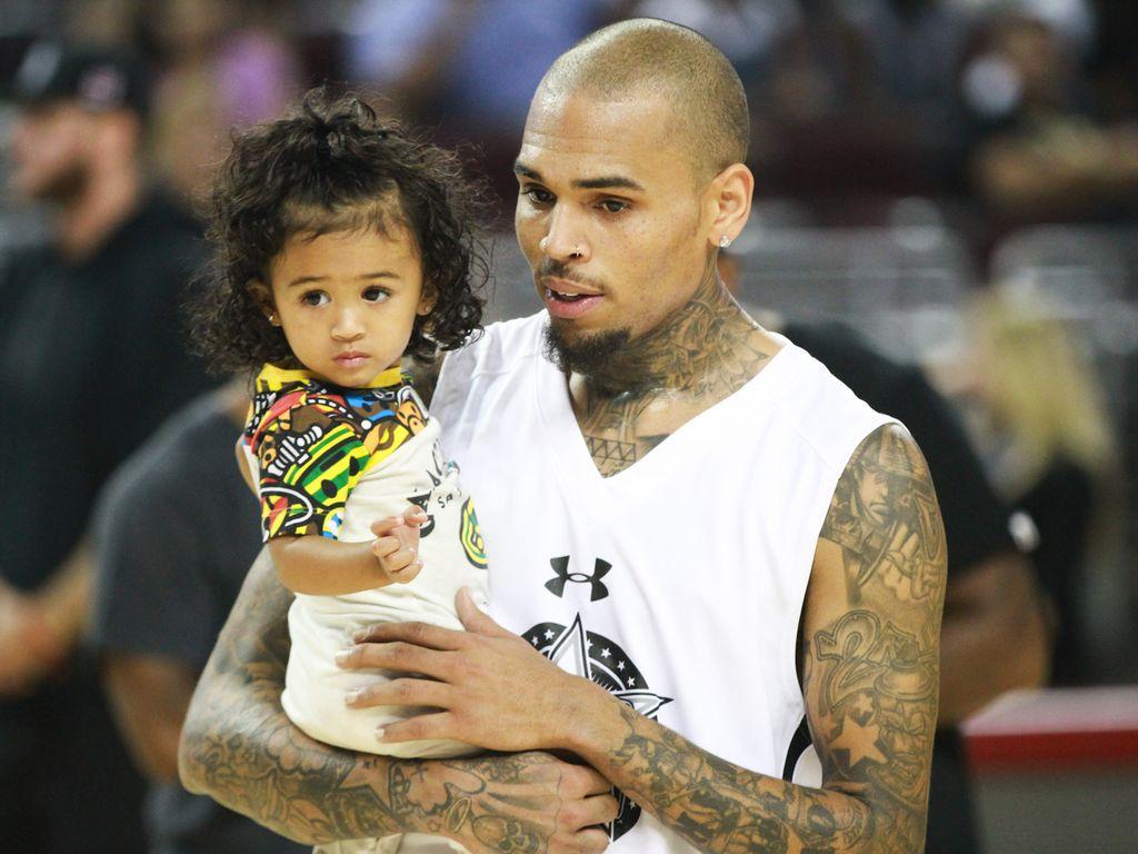 Royalty und Chris Brown bei einem Basketballspiel