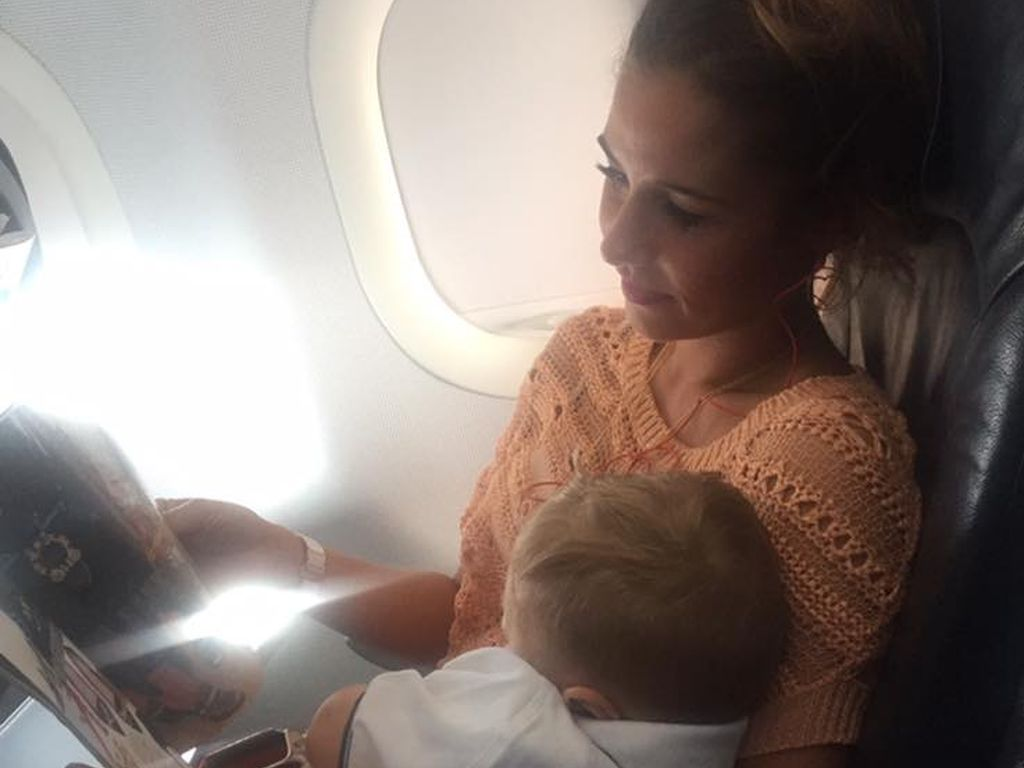 Sarah Lombardi mit ihrem Sohn Alessio im Flieger