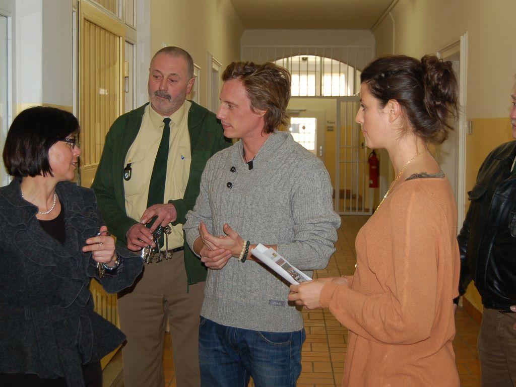 Sarah Mühlhause und Patrick Kalupa in einer JVA