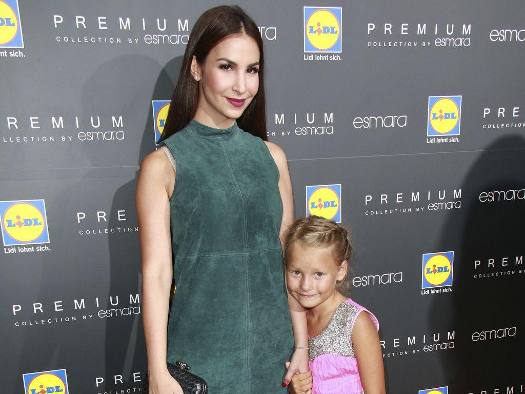Sila Sahin mit ihrer Schwester Valerie bei der Eröffnung des LIDL Esmara Pop-up-Stores in Hamburg