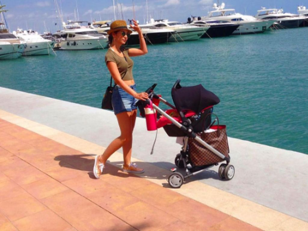 Sila Sahin mit Kinderwagen auf Mallorca
