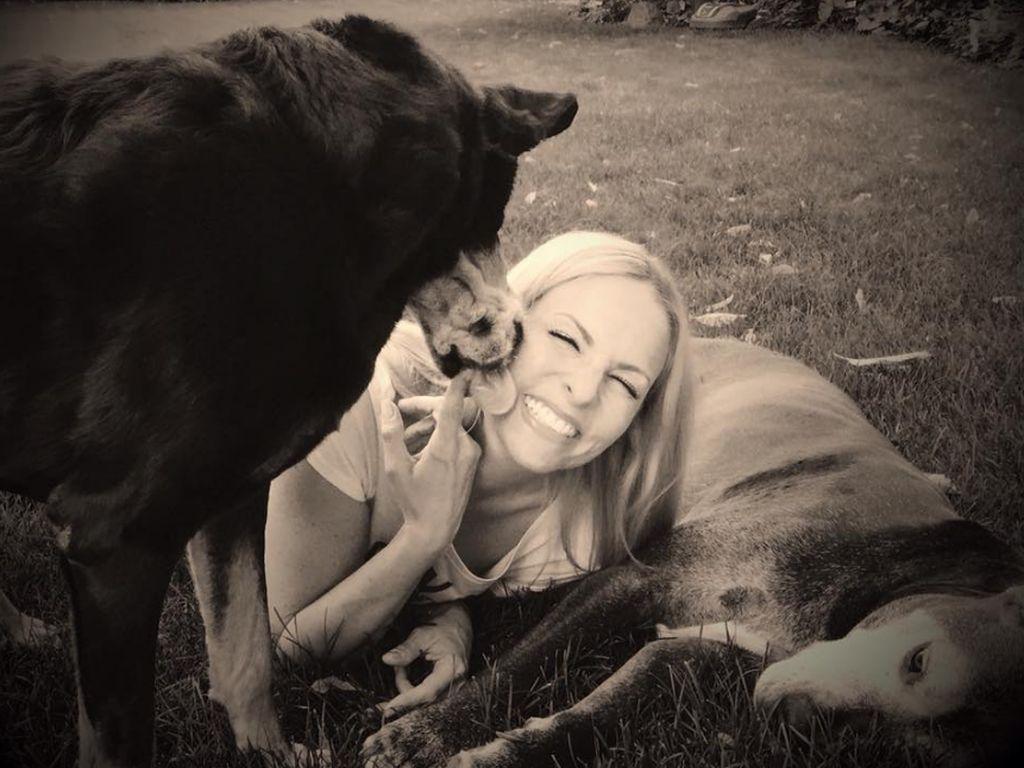 Sonya Kraus mit ihren Hunden