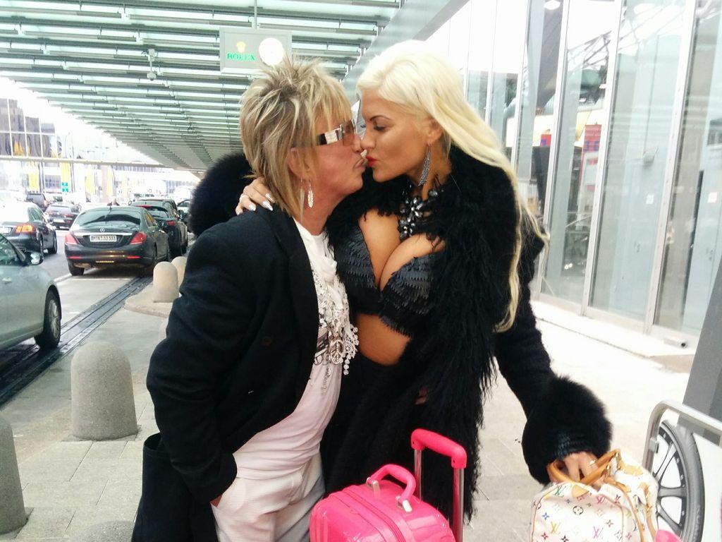 Bert und Sophia Wollersheim am Flughafen