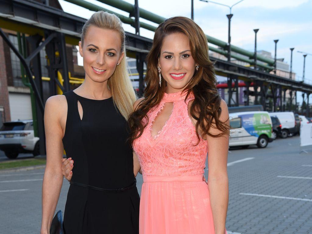 Syra Feiser und Angelina Heger bei der Unique Fashion Show in Düsseldorf