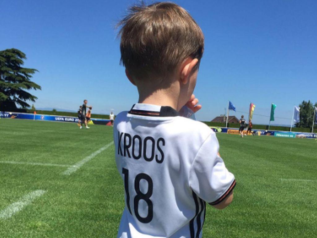 Toni Kroos' Sohn Leon auf dem Trainingsplatz der DFB-Elf