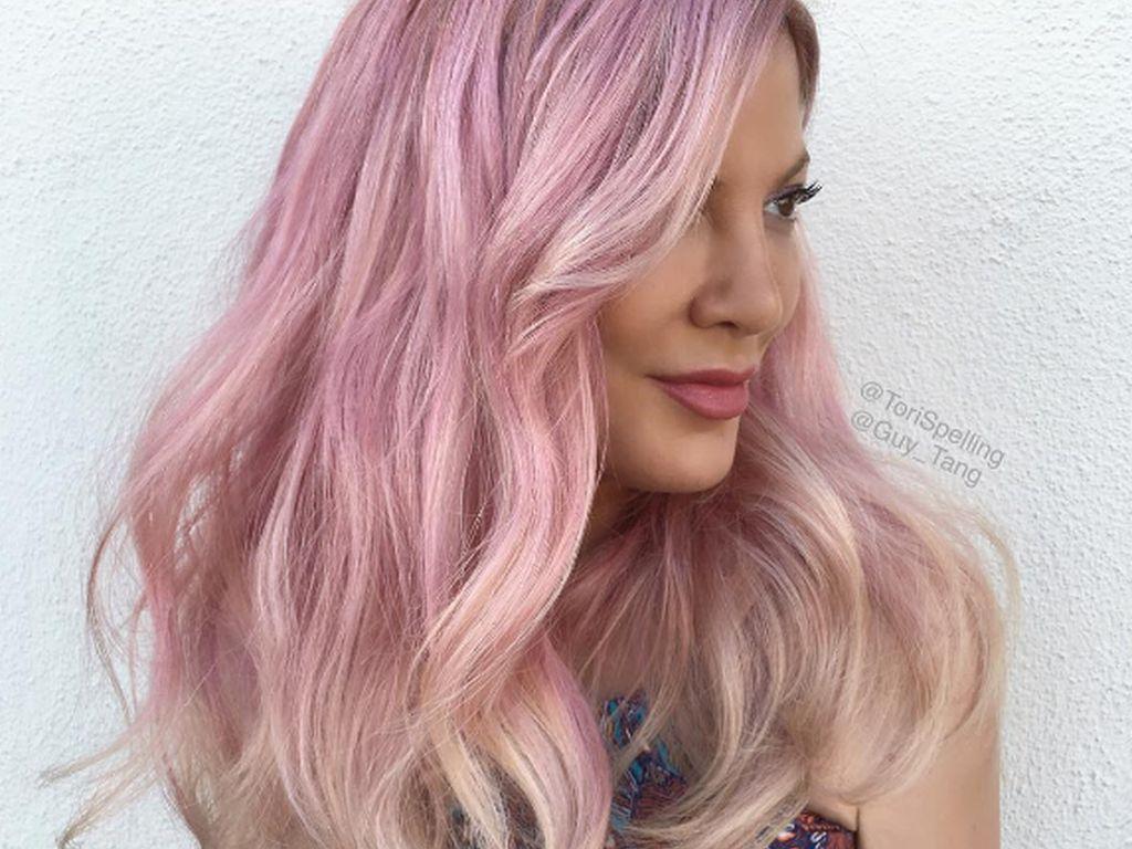 Tori Spelling mit rosa Haaren