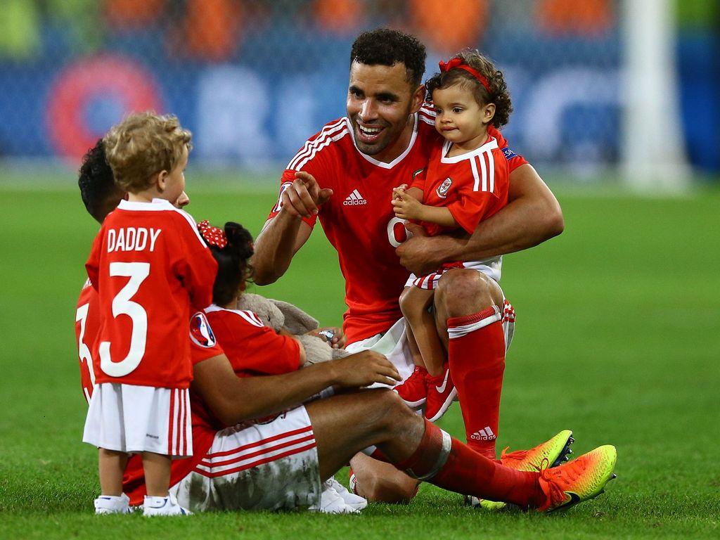 Wales-Kicker Hal Robson-Kanu mit Kindern auf dem Spielfeld