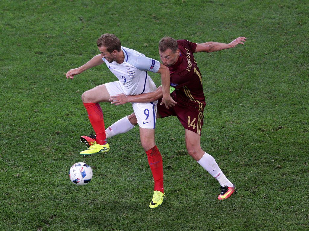 Zwei Spieler im Match Russland - England