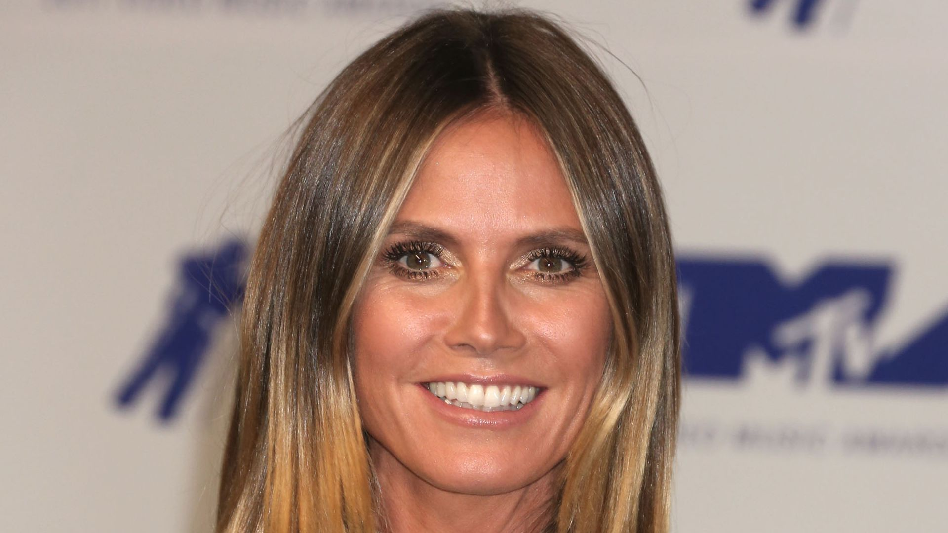 xl boobies heidi klum berrascht bei vmas mit m rder m psen. Black Bedroom Furniture Sets. Home Design Ideas