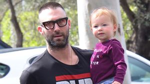 Zu Starbucks: Dusty lässt sich von Papa Adam Levine tragen
