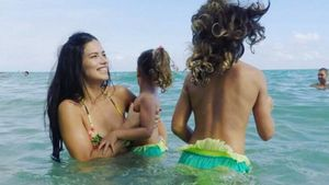 Badespaß: Adriana Lima hüpft mit ihren Töchtern ins Meer