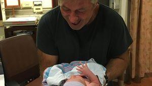 Alec Baldwin mit seinem neugeborenen Sohn Leonardo