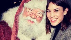 Herzlich: Alexa Chung trifft den Weihnachtsmann