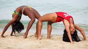 Badeanzug-Gymnastik: Angela Simmons verbiegt sich
