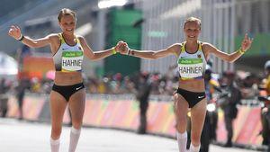 Anna und Lisa Hahner beim Zieleinlauf nach dem Olympia-Marathon 2016 in Rio