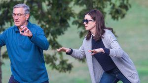 Ulkig! Anne Hathaway & Robert De Niro beim Tai Chi