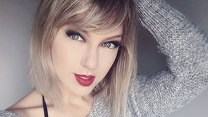 April Gloria als Taylor Swift im grauen Pullover