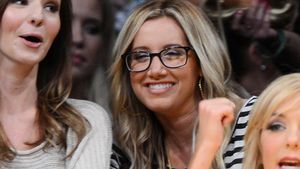 Ashley Tisdale punktet mit Brille beim Basketball