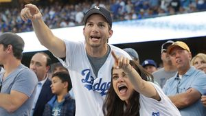 Ashton Kutcher und Mila Kunis beim Spiel der Chicago Clubs vs. Los Angeles Dodgers in L.A.