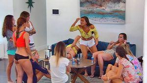 Bachelor-Girls in Folge 2: Tina Bub (in der Mitte) gegen Kattia Vides (rotes Top)