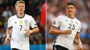 Fußball-Nationallspieler Bastian Schweinsteiger (links) und Mario Gomez (rechts)
