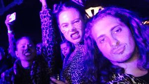 Wilde Neu-Mama: Behati Prinsloo feiert böse Schlagzeilen weg