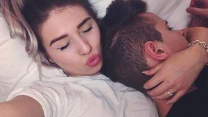 Bibi Heinicke und Julian Claßen kuschelnd im Bett