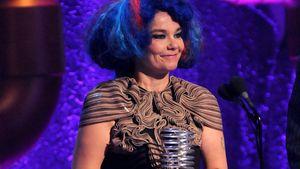 Björk im schrillen Baum-Kleid mit blauer Perücke