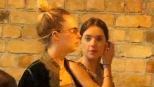 Cara Delevingne & Ashley Benson beim romantischen Dinner!