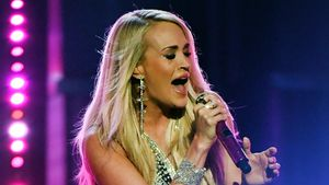Nach krassem Sturz: Carrie Underwood feiert Bühnen-Comeback!