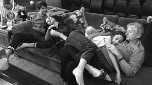 Catherine Zeta-Jones und Michael Douglas mit ihren Kindern auf der Couch
