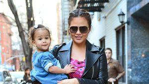 Kleine Grinse-Backe: Chrissy & Luna haben Spaß in New York!