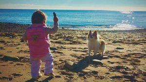 Rebecca Kratz mit ihrer Tochter am Strand von Marbella
