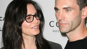 What? Courteney Cox belegt Johnny mit Liebeszauber