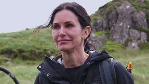 "Courteney Cox in der TV-Show ""Running Wild With Bear Grylls"""