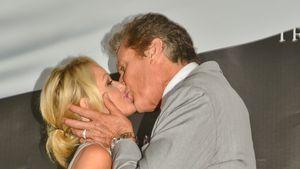 David Hasselhoff küsst Hayley Roberts