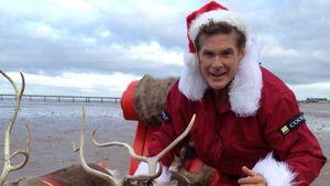 David Hasselhoff als beinfreier Santa am Strand