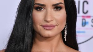 Bei PCAs: Demi Lovato scherzt über ihre gelöste Verlobung