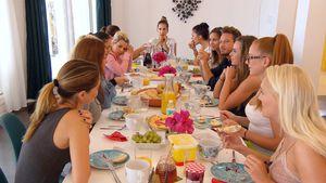 Die Bachelor-Mädels beim Frühstück mit Sebastian Pannek