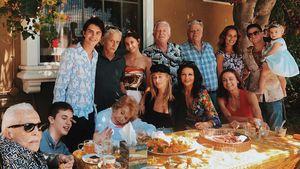 Familie Douglas überrascht mit Mehr-Generationen-Foto!