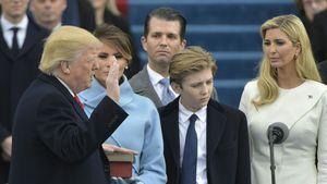 Donald Trump bei seiner Amtseinführung mit Donald Trump Jr. im Hintergrund