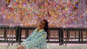 Zu kitschig? Sängerin Dua Lipa posiert in verspieltem Outfit