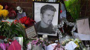 Porträt von George Michael inmitten von Blumen vor seinem Haus 2016 in London