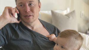 Mit Handy am Ohr: Elon Musk teilt neues Foto mit seinem Sohn