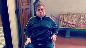 Nicht gerade happy: Elton John sitzt fürs Erste im Rollstuhl