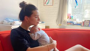 Hier knuddelt Neu-Mama Emily Ratajkowski Baby Sylvester