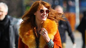 Happy Hippie! Florence Welch im John-Lennon-Look